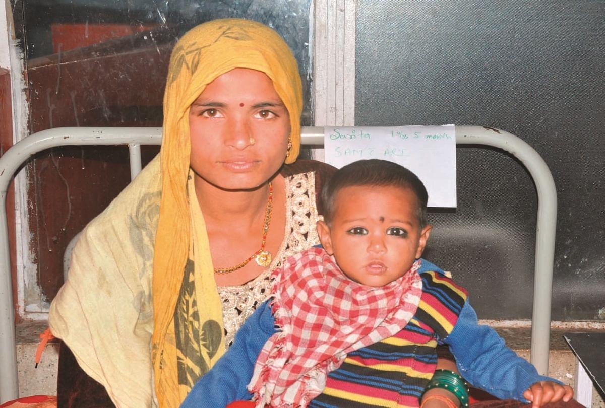 पीलीभीत एनआरसी में भर्ती कुपोषित सरिता अपनी मां आरती के साथ