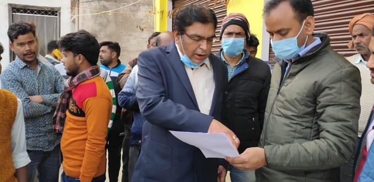 नर्सिंग होम में मिले कागज चेक करते एसीएमओ डॉ. राम मोहन तिवारी और लगी भीड़।