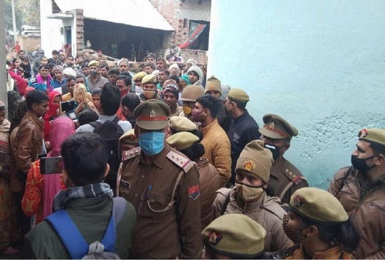 पीड़िता के घर बाहर लगी पुलिस और लोगों की भीड़