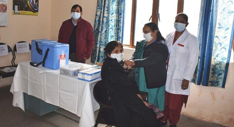 बिलासपुर अस्पताल में ड्राई रन के दौरान टीका लगातीं स्वास्थ्य कर्मी।