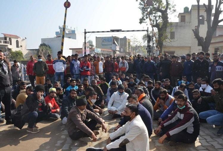 हरिद्वार में रेलवे ट्रैक के पास धरने पर बैठे लोग
