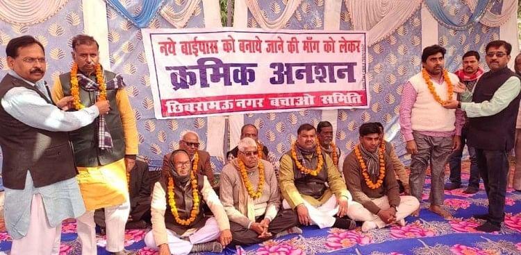 आंदोलनकारियों को माला पहना कर अनशन पर बैठाते चेयरमैन राजीव दुबे व नवीन दुबे।