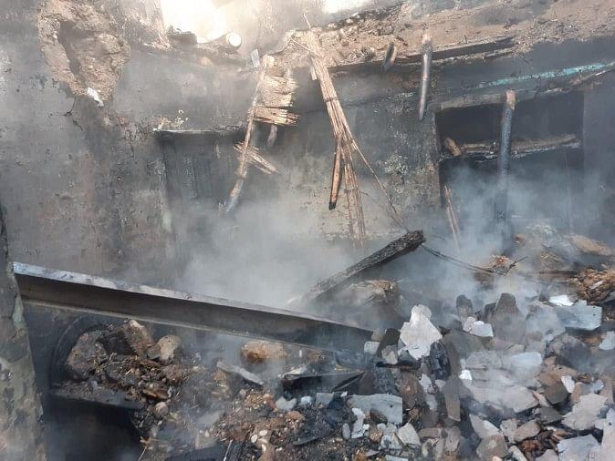 गांव अमनेड़ में आग लगने से जला रिहायशी मकान।