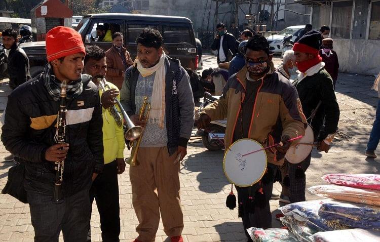 हमीरपुर बाजार में लोहड़ी पर्व पर बैंड बाजे बजाकर बधाइयां देते हुए।