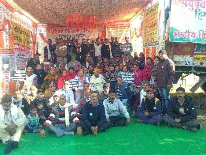 किसानों के समर्थन में धरने पर बैठे संयुक्त किसान मोर्चा के सदस्य।