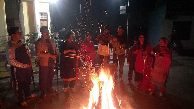 बिलासपुर में लोहड़ी का त्योहार मनाते लोग।