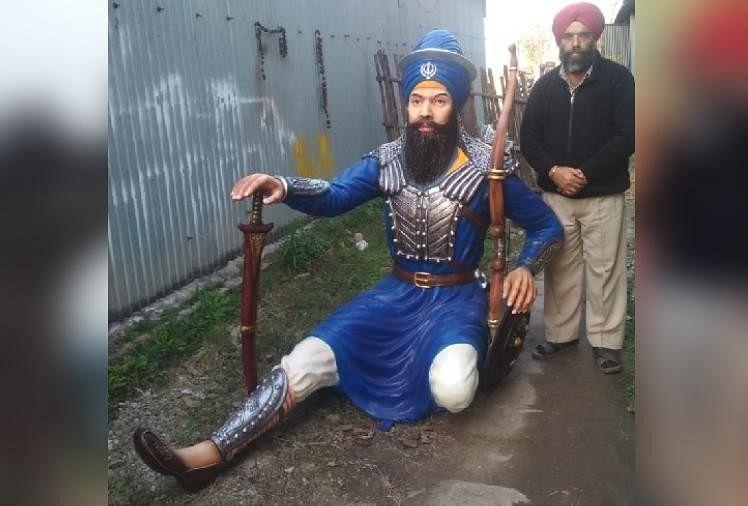 बाबा बंदा बहादुर की प्रतिमा के साथ परविंदर सिंह।