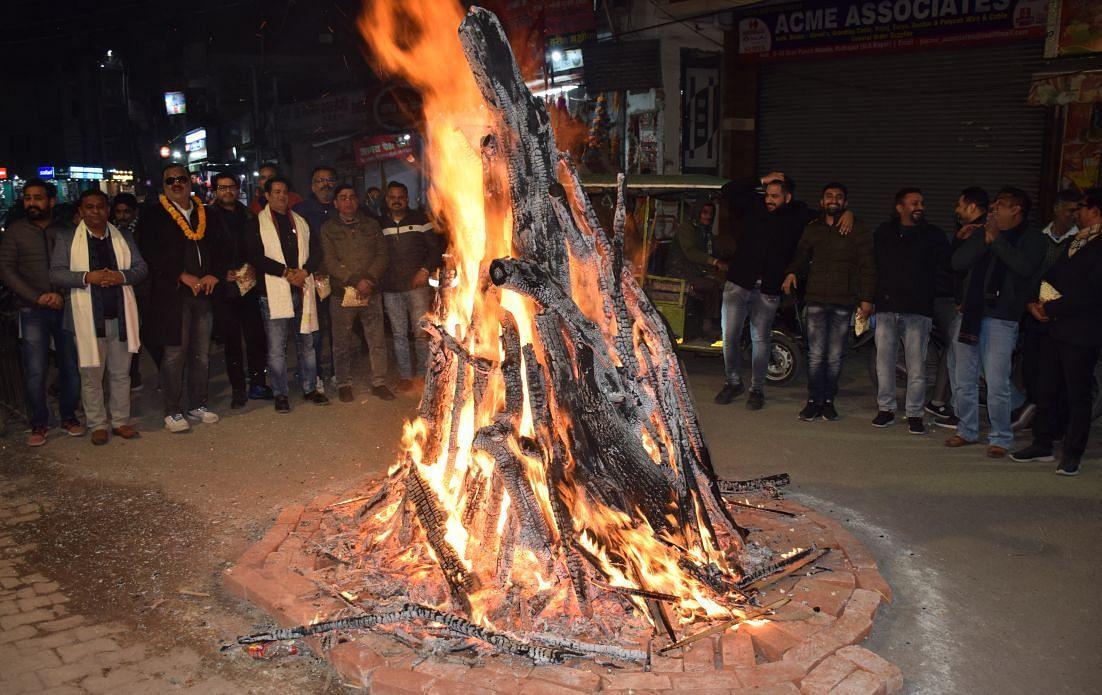रुद्रपुर में पांच मंदिर के बाहर लोहड़ी जलाते पंजाबी महासभा के लोग।