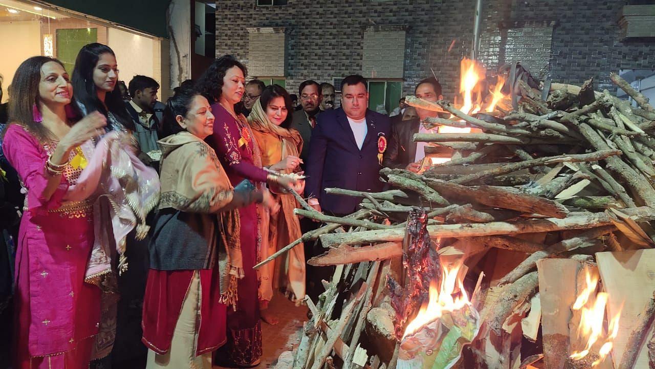 खटीमा में लोहड़ी पर्व पर लोहड़ी जलाते पंजाबी महासभा के लोग।