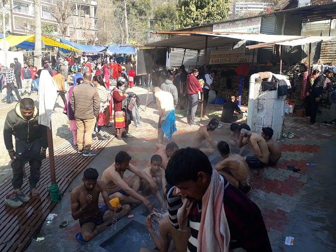 पर्यटन स्थल तत्तापानी में मकर संक्रांति पर गर्म पानी के चश्मों में नहाते श्रद्धालु।