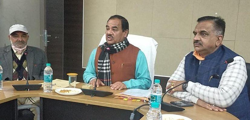 रुद्रपुर कलक्ट्रेट सभागार में समीक्षा बैठक करते वन मंत्री डॉ. हरक सिंह रावत।