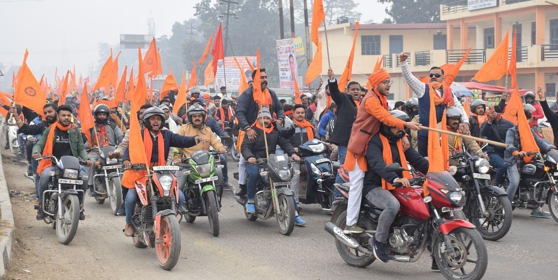 रुद्रपुर में निकली भाजपा की बाइक रैली में जयकार लगाते विधायक ठुकराल व अन्य।