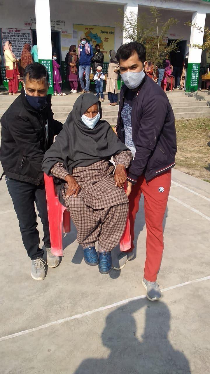 ग्राम पंचायत संडयार में 101 वर्षीय शिवदेई वोट डालने जाते हुए।