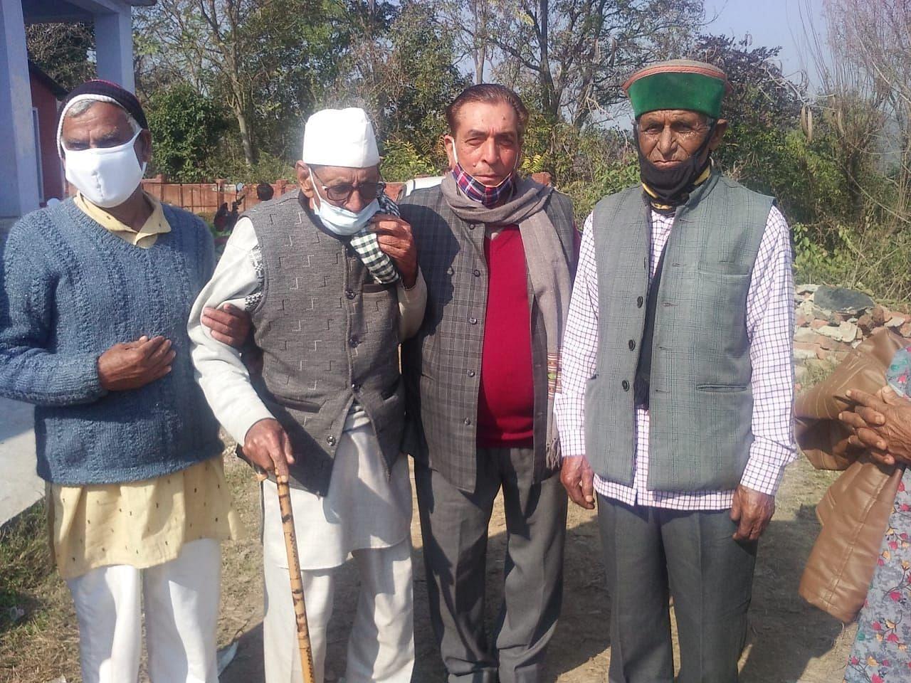 मुक़डाना गांव के 103 वर्षीय गुलाबू राम मतदान को जाते हुए