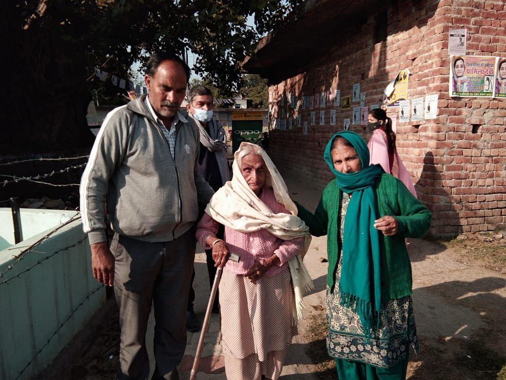 वोट डालने जाते हुए  बड़ी बिल्लौर की 95 वर्षीय प्रेमी देवी।