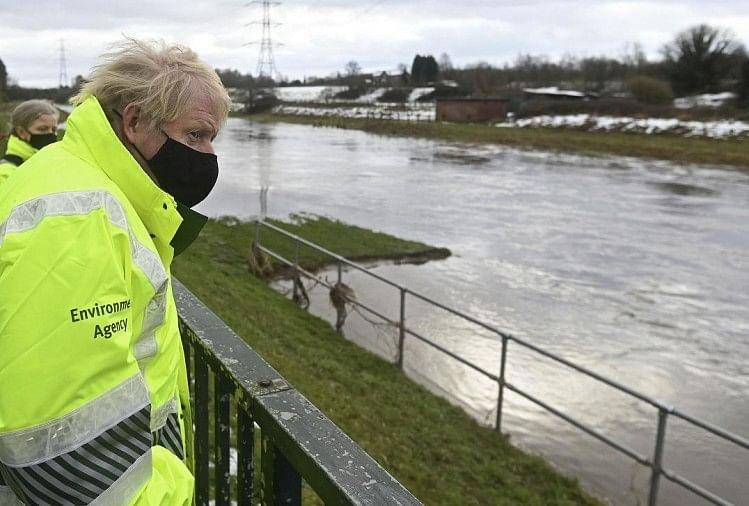 बाढ़ का मुआयना करते ब्रिटेन के प्रधानमंत्री बोरिस जॉनसन