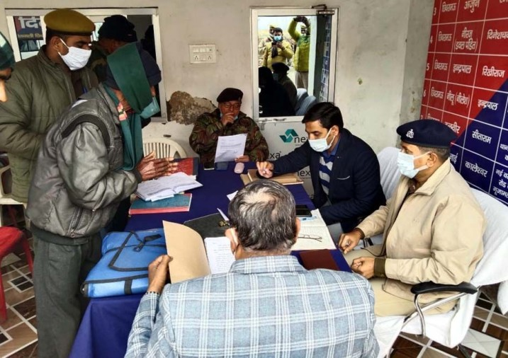 थाना समाधान दिवस में शिकायतें सुनते एडीएम गजेंद्र सिंह व एएसपी विनोद कुमार सिंह।