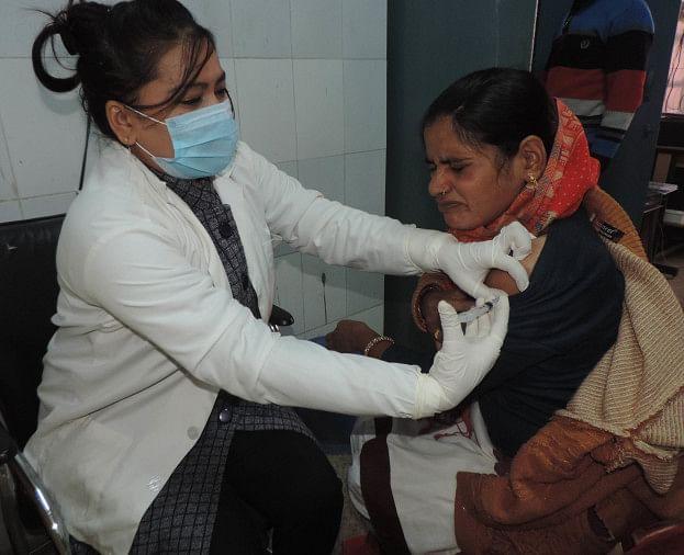 विनोद दीक्षित चिकित्सालय में आशा को कोरोना वैक्सीन लगाती एएनएम अंजली। संवाद