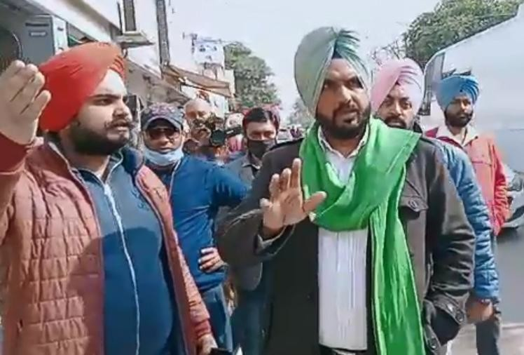 Farmers stop shooting of Janhvi Kapoor