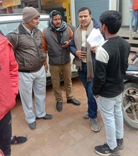 पंजीकरण कराने के लिए उपभोक्ता को समझाते जेई अजय अवस्थी।