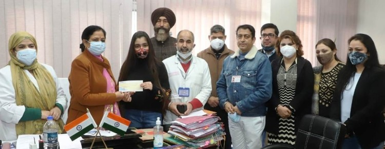 Jammu's daughter has donated one lakh corona from YouTube to fight
