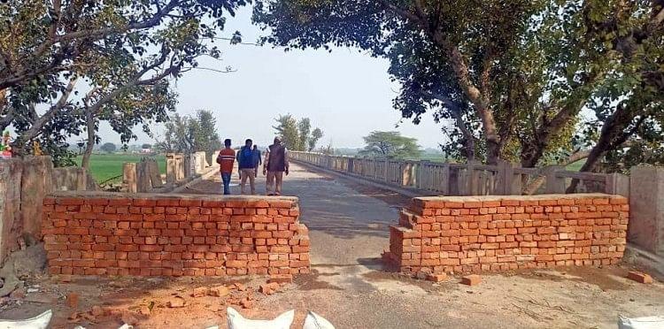 पुल पर आवागमन रोकने के लिए बनाई गई दीवार।