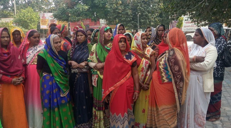 कलक्ट्रेट में प्रदर्शन करतीं स्वयं सहायता समूह की महिलाएं।