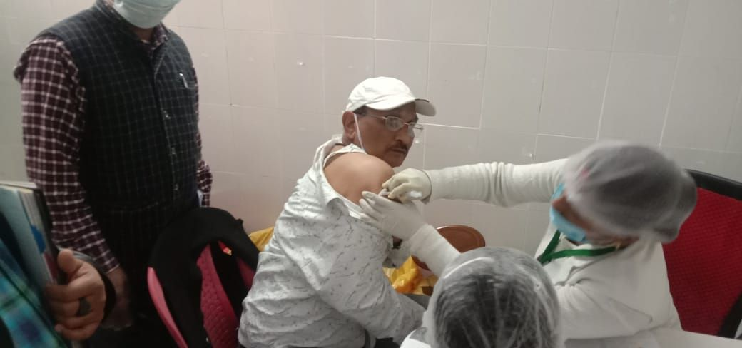 1432 Front line workers get first dose of vaccine