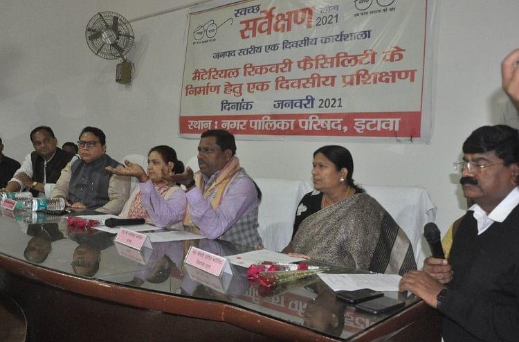 फोटो संख्या 9 - मंच पर बाएं से ईओ अनिल कुमार, विधायक सरिता भदौरिया, सांसद प्रो. रामशंकर कठेरिया, पालि