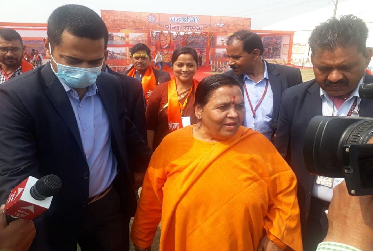 prayagraj news : संगम तट पर आयोजित गंगा समग्र समागम में हिस्सा लेने पहुंचीं पूर्व केंद्रीय मंत्री उमा भारती।