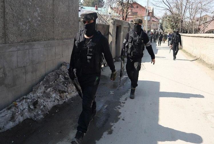 कश्मीर में आतंकी हमला: श्रीनगर में पुलिस की टीम पर फायरिंग, दहशतगर्दों की तलाश में अभियान जारी