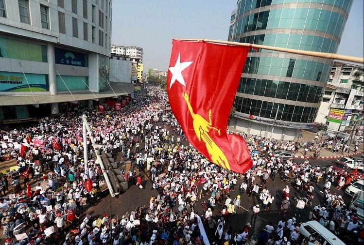 Khaskhabar/म्यांमार में तख्तापलट के खिलाफ प्रदर्शन कर रहे लोगों पर की गई फायरिंग में एक दिन पहले ही 18 लोगों की मौत होने के बावजूद प्रदर्शनकारी देश के सबसे बड़े शहर यंगून की सड़कों पर जमे हुए हैं। जबकि राजधानी नेपीता में देश की अपदस्थ नेता आंग सान सू की के