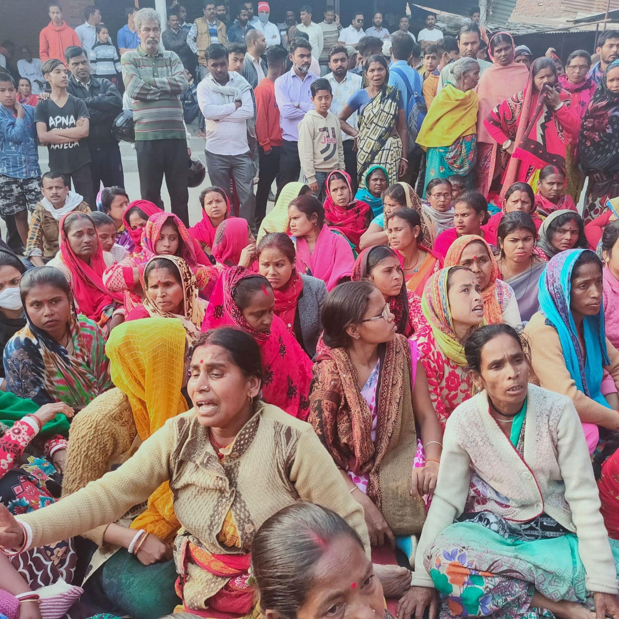 शक्तिफार्म के गोविंदनगर गांव में सभा में मौजूद ग्रामीण।