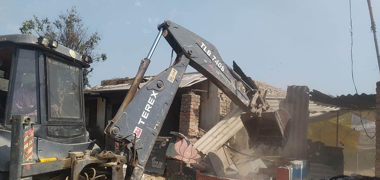 अवैध निर्माण ढहाती जेसीबी।