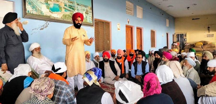 दिनेशपुर में आयोजित बैठक में संबोधित करते किसान नेता तजिंदर विर्क।