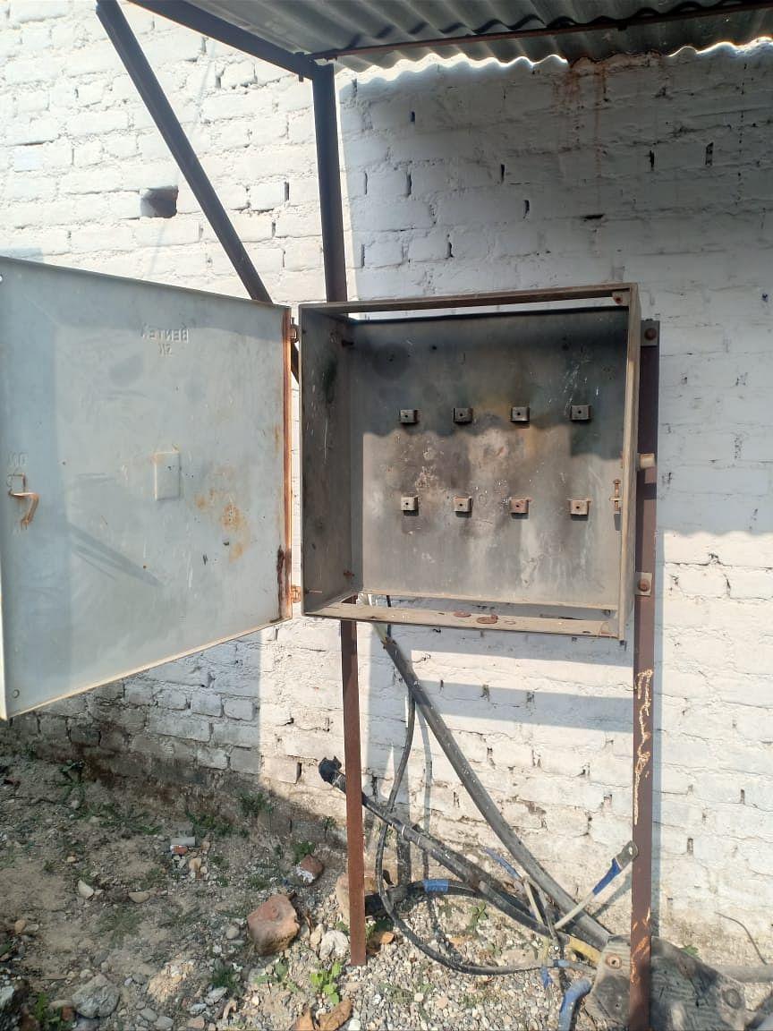 बदमाशों द्वारा तांबा निकालने के बाद खाली पड़े बक्स