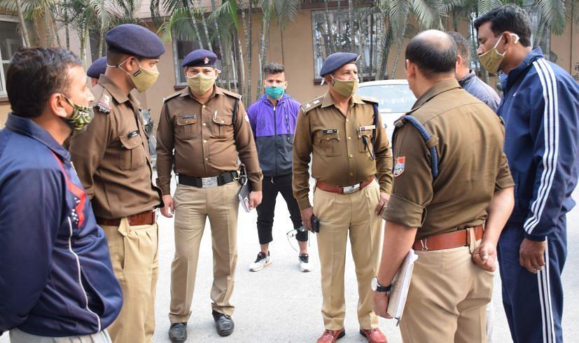 रुद्रपुर जिला अस्पताल में पुलिस से घटना की जानकारी लेते पीएसी सेनानायक ददन पाल।