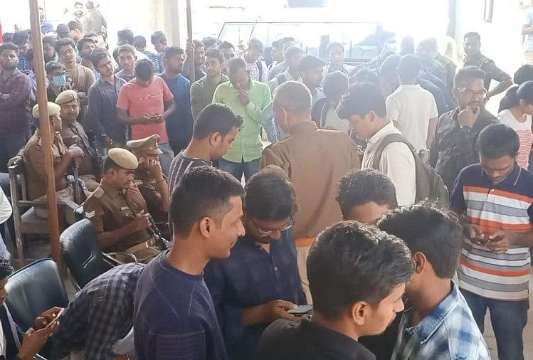 छात्रों के दबाव के आगे झुकी पुलिस ने कुछ घंटों में ही किया रिहा, बैचयू में धरना दे रहे छात्रों को हिरासत में लिया गया था।