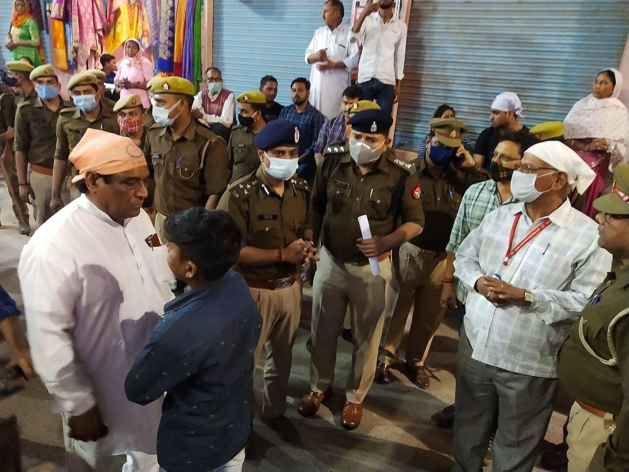 रविदास मंदिर पहुंचे पुलिस अधिकारी
