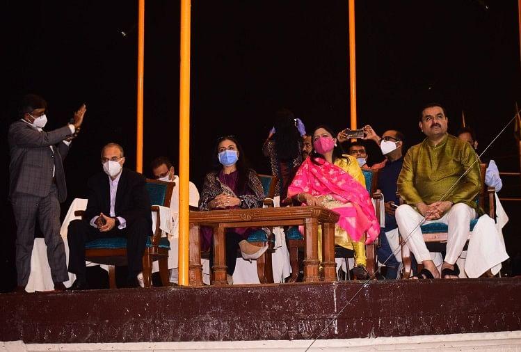 गंगा आरती देख मंत्रमुग्ध हुए उद्योगपति गौतम अदाणी, विजिटर बुक में लिखा-जय मां गंगे