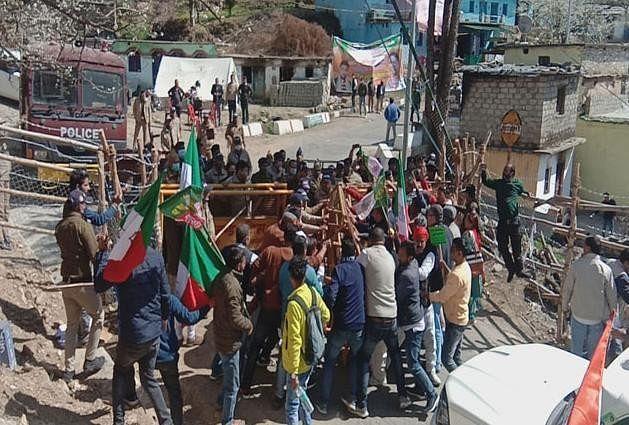 उत्तराखंड: गैरसैंण में बजट सत्र का पहला दिन, मोटर मार्ग की मांग लेकर पहुंचे आंदोलनकारियों पर पुलिस ने भांजी लाठियां