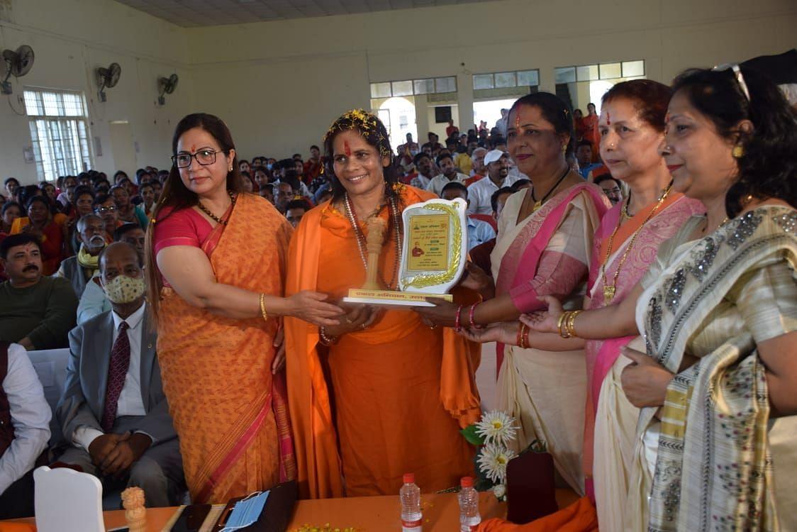 खटीमा में आयोजित कार्यकर्ता एवं फौजी परिवार सम्मान में साध्वी प्राची को सम्मानित करती एकल परिवा