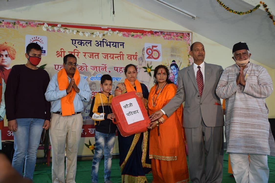 खटीमा में एकल अभियान द्वारा आयोजित सम्मान समारोह में शहीद की पत्नी को गीता खड़ायत को सम्मानित कर?