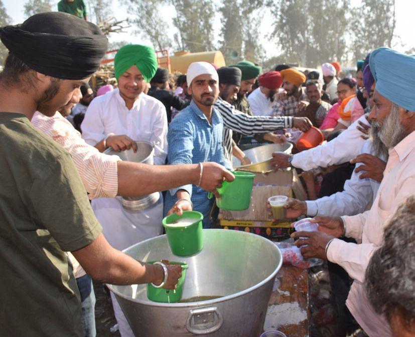 रुद्रपुर में आयोजित किसान महापंचायत में लगी गन्ने के जूस की छबील।