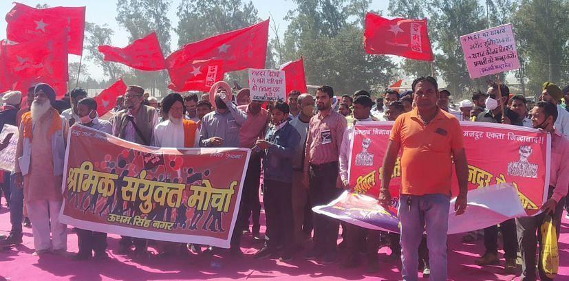 रुद्रपुर में आयोजित किसान महापंचायत में जुलूस की शक्ल में पहुंचे श्रमिक।