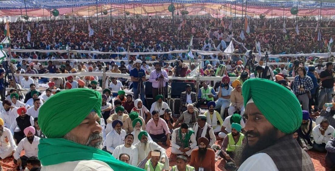 रुद्रपुर में हुई महापंचायत के मंच पर मौजूद भाकियू नेता राकेश टिकैत और जगतार सिंह बाजवा।