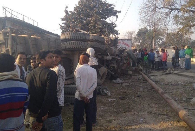यूपी: हाईवे पर खड़े टैक्सी से टकराया ट्रक, पलटने से चालक की मौत