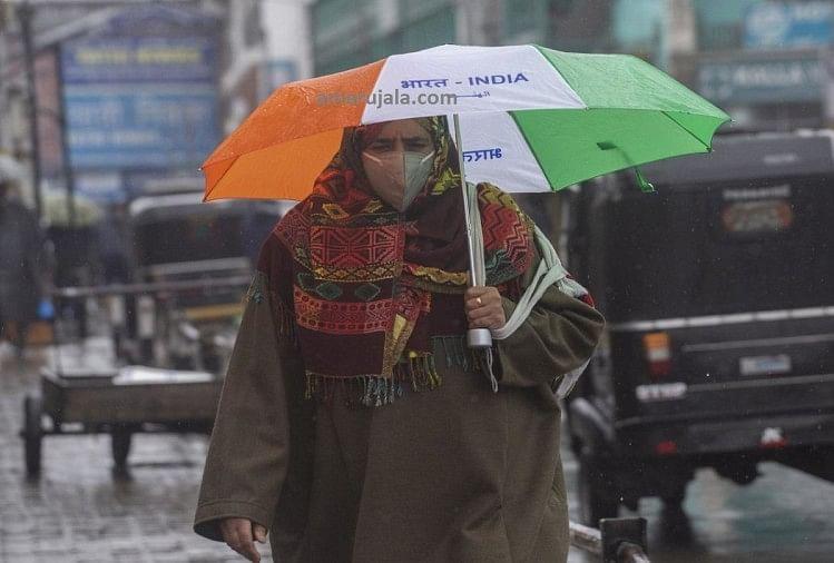 जम्मू-कश्मीर: मौसम ही नहीं घाटी में माहौल भी बदल चुका है, बारिश में छाते ने दिखाई बदले कश्मीर की तस्वीर