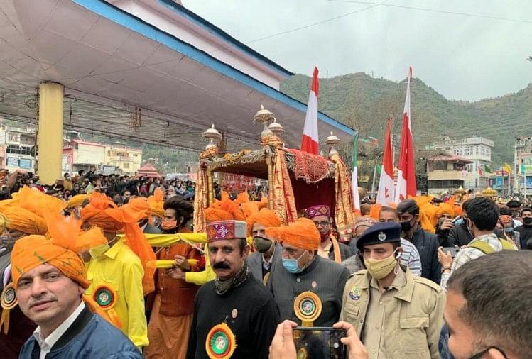 राजदेवता माधोराय की अगुवाई में शाही अंदाज में निकली जलेब।