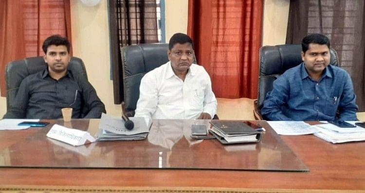 बैठक में मौजूद एसडीएम देवेश गुप्त, तहसीलदार अभिमन्यु कुमार व नायब तहसीलदार शिखर मिश्रा।